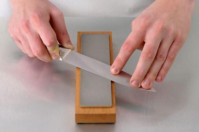 Mempertajam Pisau Dapur, Ikuti Teknik yang Dilakukan Para Juru Masak Ini! (78046)