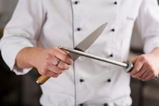 Mempertajam Pisau Dapur, Ikuti Teknik yang Dilakukan Para Juru Masak Ini! (78047)