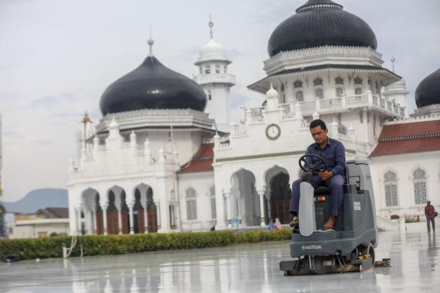 Potret Bersih Bersih Masjid Raya Baiturrahman Aceh Jelang Tarawih