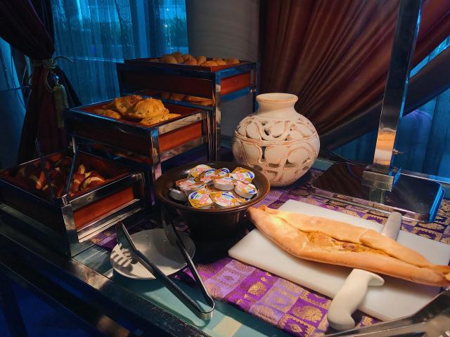 Aneka roti di Turkish Ramadhan Raffles Jakarta.