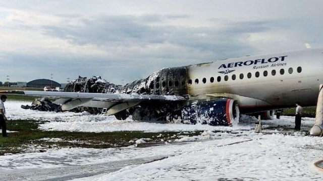 Pesawat Sukhoi milik maskapai Aeroflot terbakar, bandara Moskow, Rusia