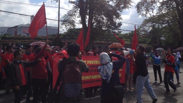 Peserta Aksi May Day Bandung Lakukan Penggalangan Dana  (10969)