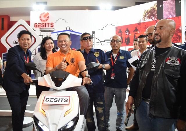 com-Bambang Soesatyo mencoba motor listrik karya anak bangsa, Gesits.