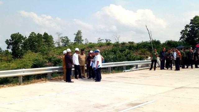 Presiden Joko Widodo, lokasi alternatif ibu kota di Bukit Soeharto, Jalan Tol Samarinda Balikpapan, Kutai Kartanegara, Kalimantan Timur