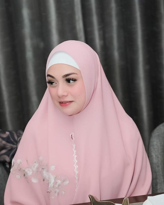 Foto: Celine Evangelista dalam Balutan Hijab Syar'i (26046)