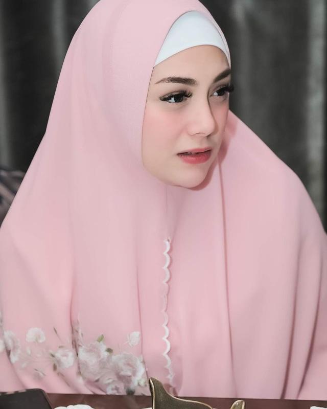 Foto: Celine Evangelista dalam Balutan Hijab Syar'i (26045)
