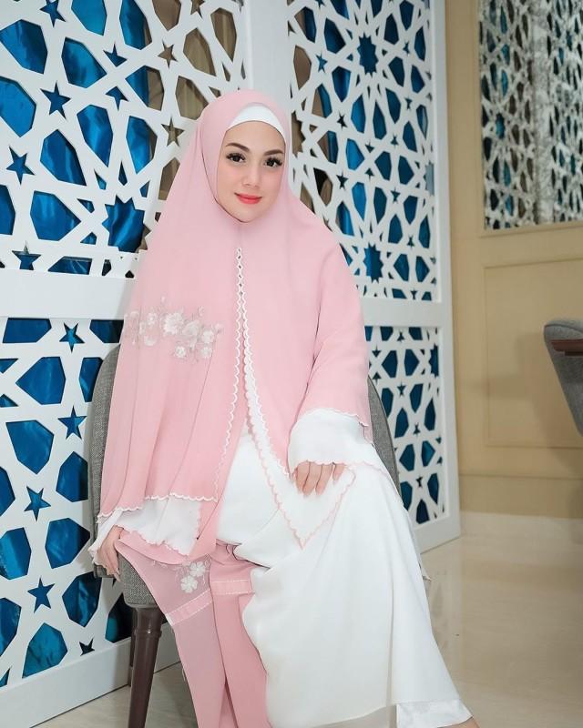 Foto: Celine Evangelista dalam Balutan Hijab Syar'i (26042)