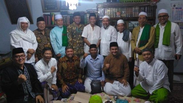 Prabowo, Rombongan Habib dan Kiai pendukung Prabowo dari Jatim dan Jateng usai temui Mbah Moen di Ndalem Sarangan, Komplek Ponpes Al-Anwar, Rembang.