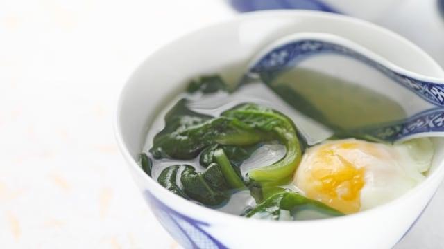 Ilustrasi sup bayam dengan telur
