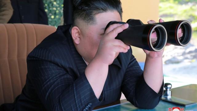 Pemimpin Korea Utara, Kim Jong-un, saat mengawasi latihan militer