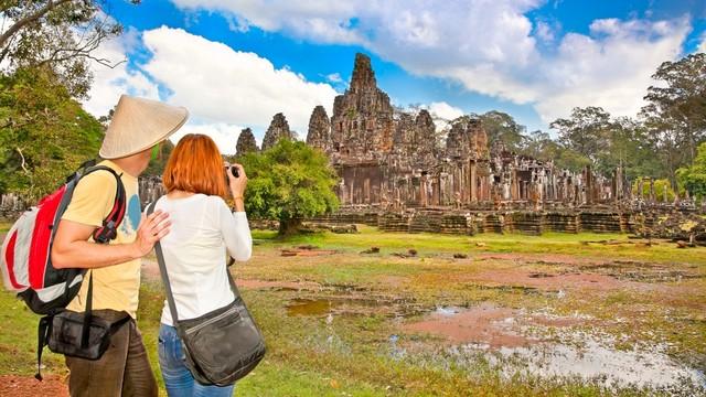 Ilustrasi pasangan wisatawan traveling di Kamboja