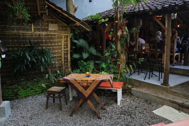 Suasana-Tempat-Sego-Sambel-Cak-Uut-Outdoor-Photo-by-feryarifian.JPG