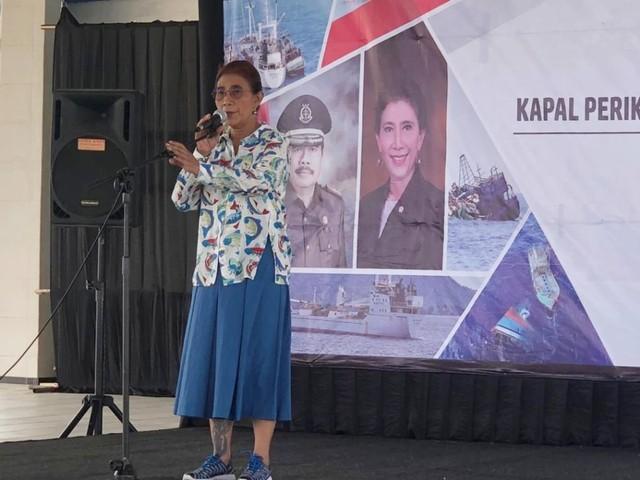 Menteri Kelautan dan Perikanan Susi Pudjiastuti saat menenggelamkan kapal illegal fishing (NOT COVER)
