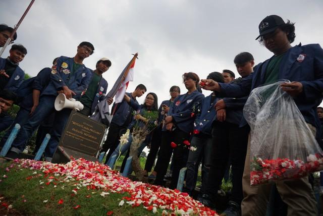 Mahasiswa Trisakti melakukan tabur bunga di makam Pahlawan Reformasi
