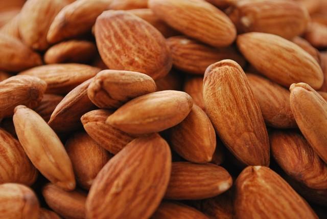 Almonds_(3060935008).jpg