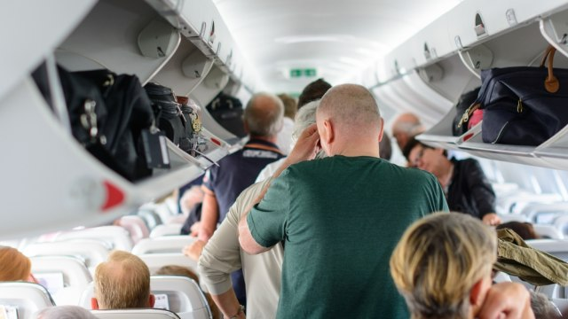 Ilustrasi penumpang mengambil barang dari kabin penyimpanan saat hendak keluar pesawat