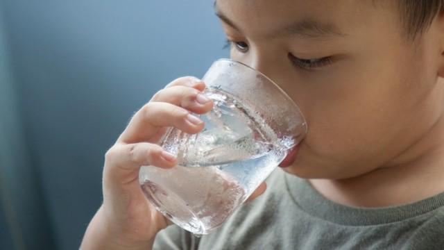 anak minum air
