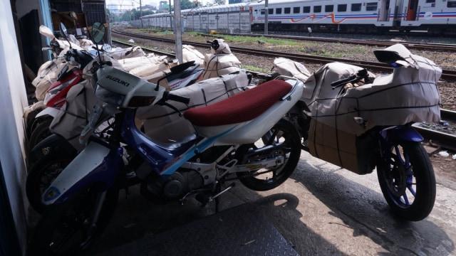 Paket Motor di Stasiun Senen