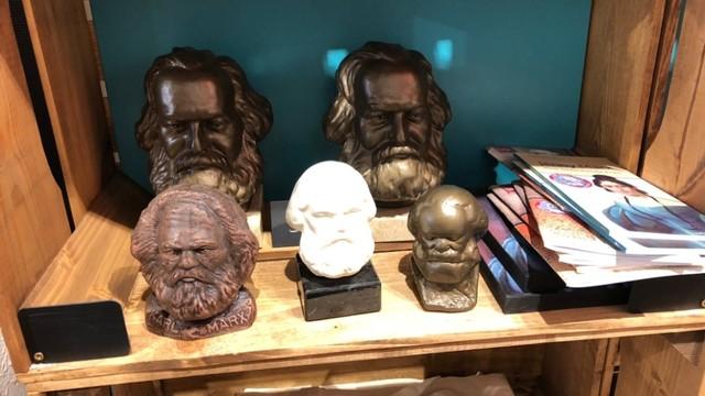 Pernak-pernik berupa Karl Marx di Kota Trier, Jerman