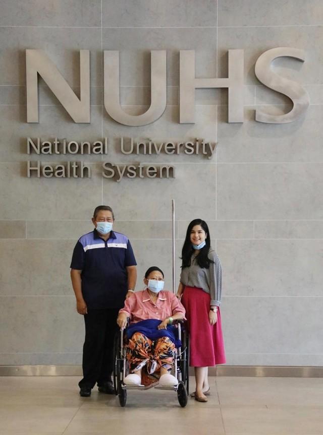 Ani Yudhoyono keluar dari ruang isolasi bersama SBY dan Annisa Pohan