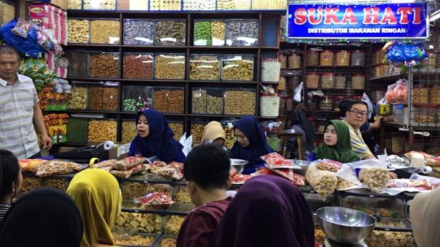 Manisnya Bisnis Kue Kering di Pasar Jatinegara Saat Ramadhan (581122)