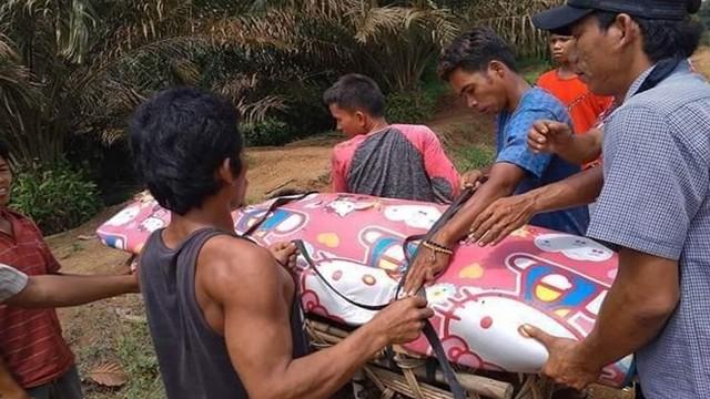 Kisah Jenazah Dibawa Pakai Sepeda Motor karena Jalan di Riau Rusak (11280)