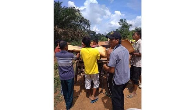 Kisah Jenazah Dibawa Pakai Sepeda Motor karena Jalan di Riau Rusak (11282)