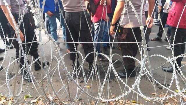 Massa HMI Bawa Keranda Mayat Demo di KPU, Tuntut Bentuk TPF