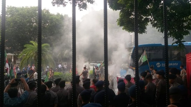 Masa HMI bakar ban saat demo di KPU