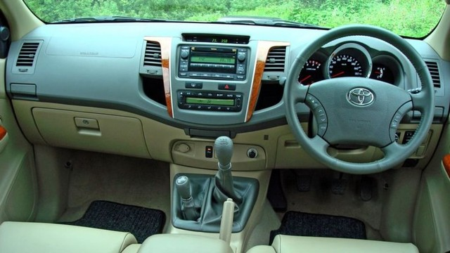 Interior Toyota Fortuner lawas