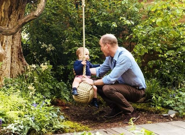 Keluarga Cambridge mengunjungi The RHS Back to Nature Garden