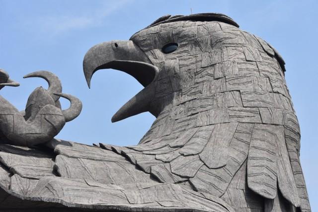 Kepala burung Jatayu di atap Jatayu Nature Park, India