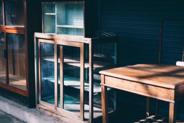 perabot kayu dijemur di bawah sinar matahari