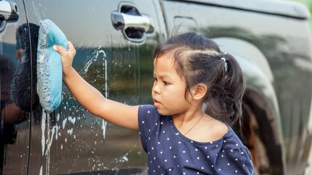 anak mencuci mobil