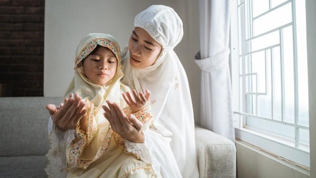 Parenting Islami: 4 Hadis tentang Keutamaan Memiliki Anak Perempuan (124443)