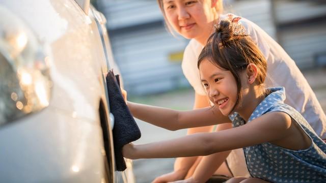 anak dan ibu mencuci mobil