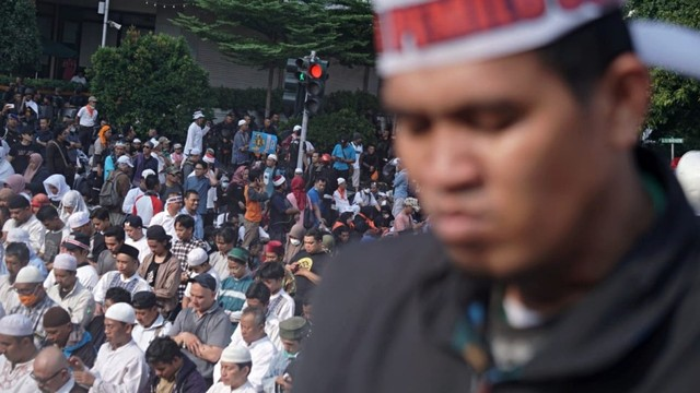 Pengunjuk rasa solat Ashar di Jalan M.H Thamrin