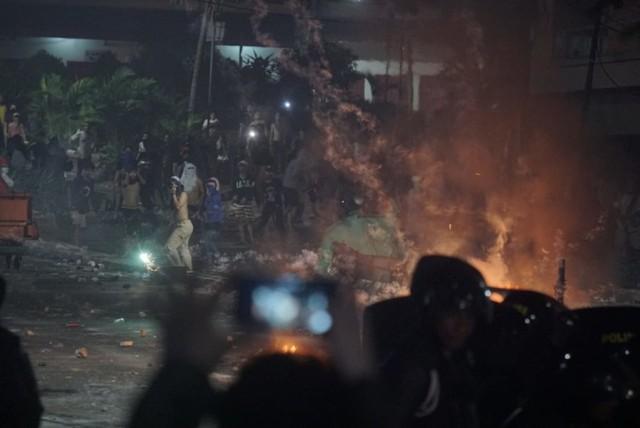 Polisi pukul mundur massa ricuh di kawasan Tanah Abang
