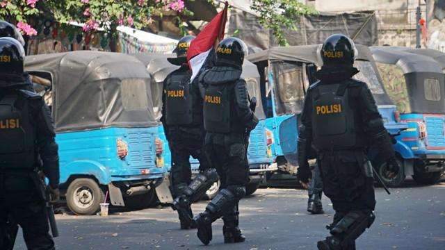 Polisi memukul mundur massa