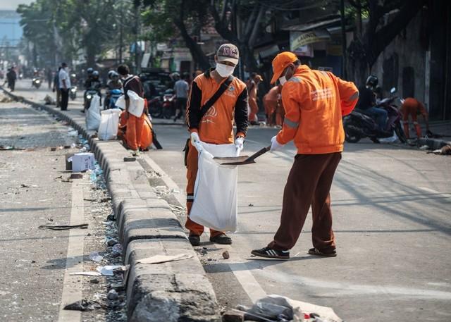 Konten Krispi Petugas PPSU Membersihkan Jalanan