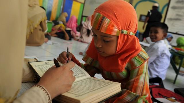 KONTEN SPESIAL, Belajar Al-Quran di Tengah Keterbatasan,Ilustrasi anak-anak belajar membaca Alquran