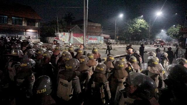 Jalan Kemanggisan Utama kawasan Slipi Jaya saat ricuh