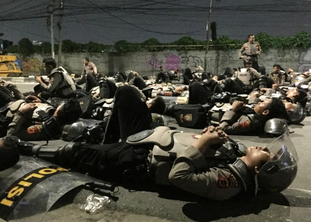 KONTEN KRISPI 5:7 Anggota kepolisian tidur di Jalan Brigjen Katamso