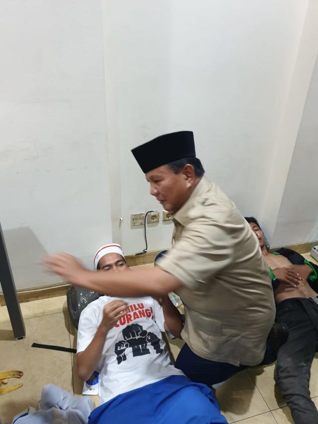 Prabowo Jenguk Korban Rusuh yang Dirawat di Posko Pemenangan (141686)