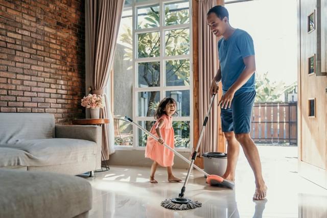 com-Melakukan pekerjaan rumah bersama.