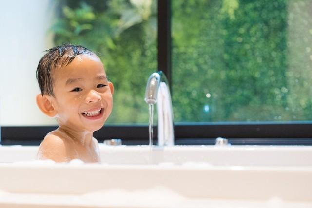 com-Biasakan anak mandi setiap hari.