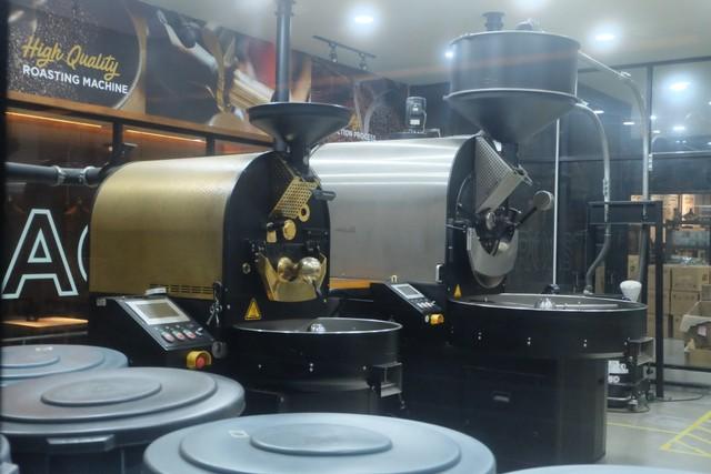com-Roaster kopi 20 kg (kanan) dan 5 kg (kiri).