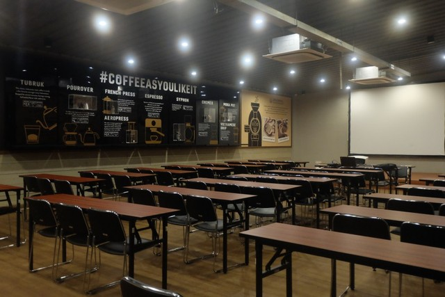 com-Ruang aula Upnormal Coffee Roaster.