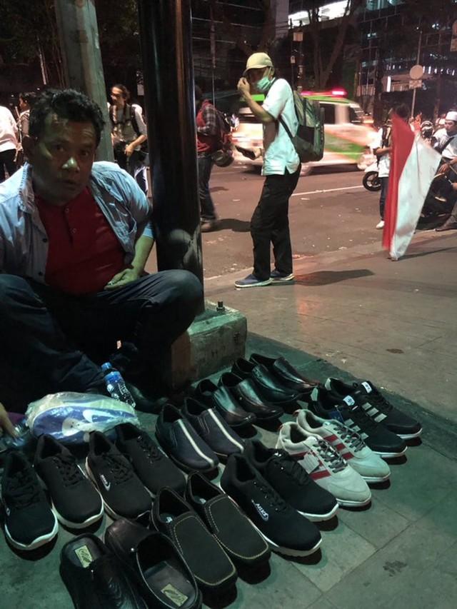 Viral! Jurnalis Australia Ditawari Pedagang Sepatu saat Kerusuhan 22 M (745642)