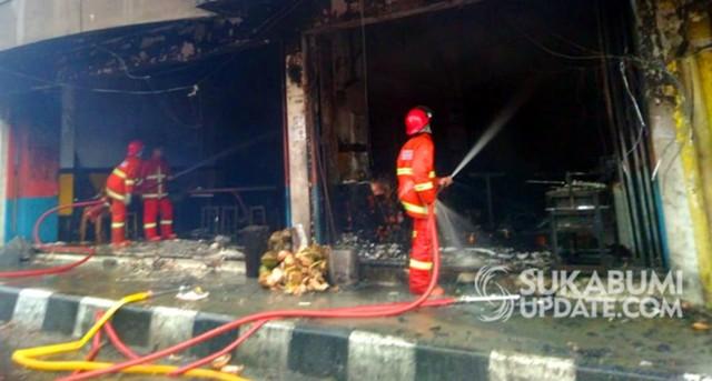 Ibu-ibu Pingsan, Rumah Makan di Kota Sukabumi Terbakar (87277)